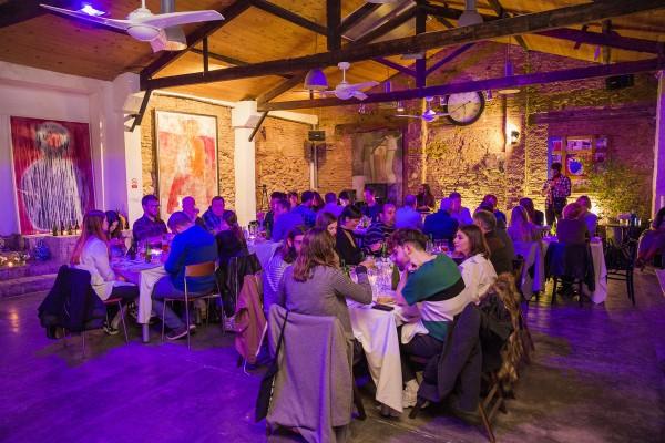 Disfrutando de la bebida, la comida y la compañía en Noches Alhambra