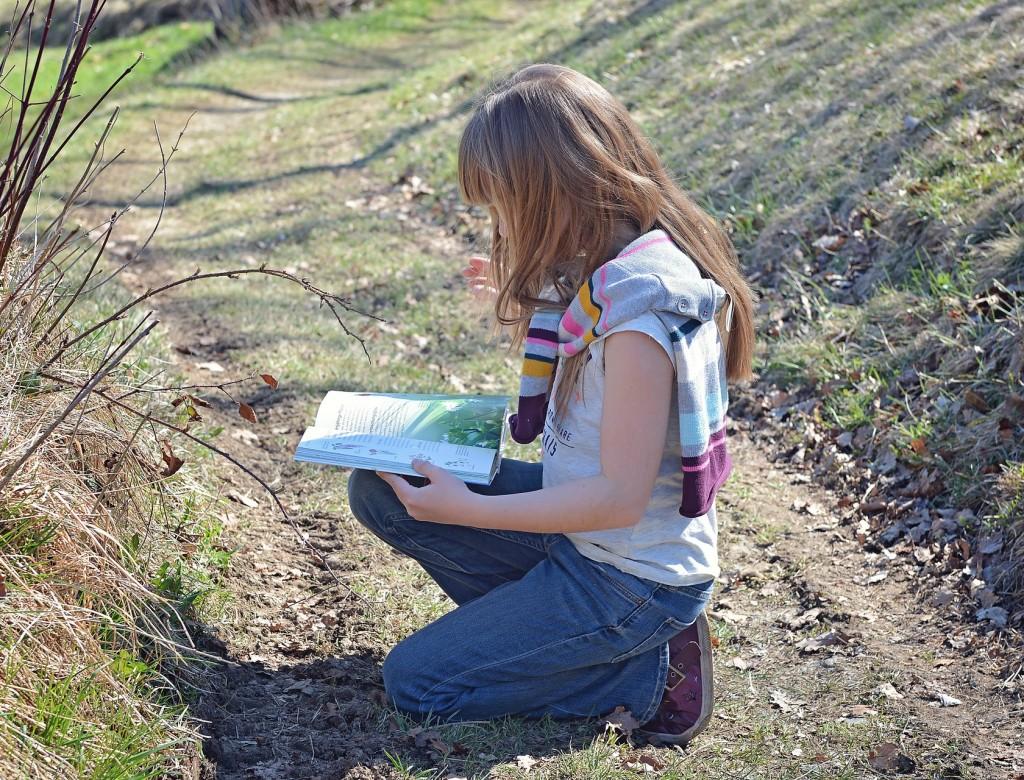 Niña estudiando la naturaleza