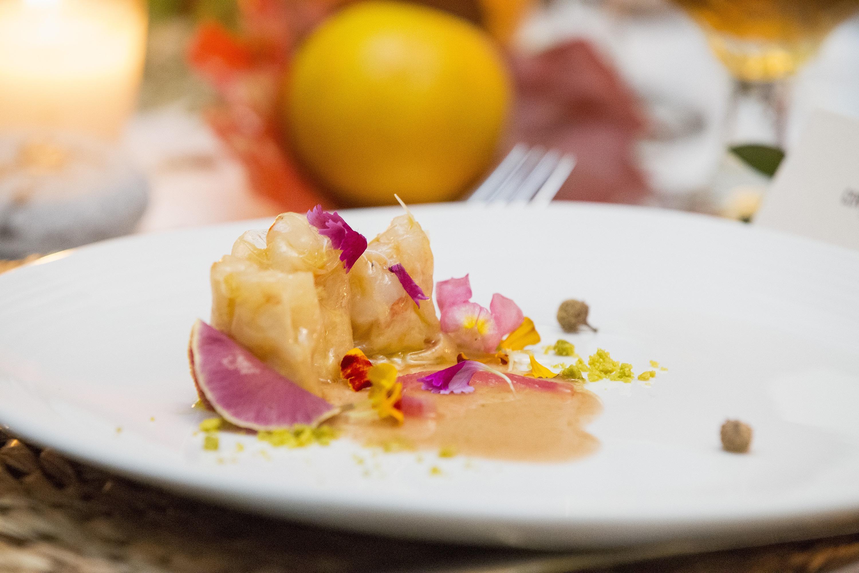 Tartar de gambón con clamato, lima y mezcal