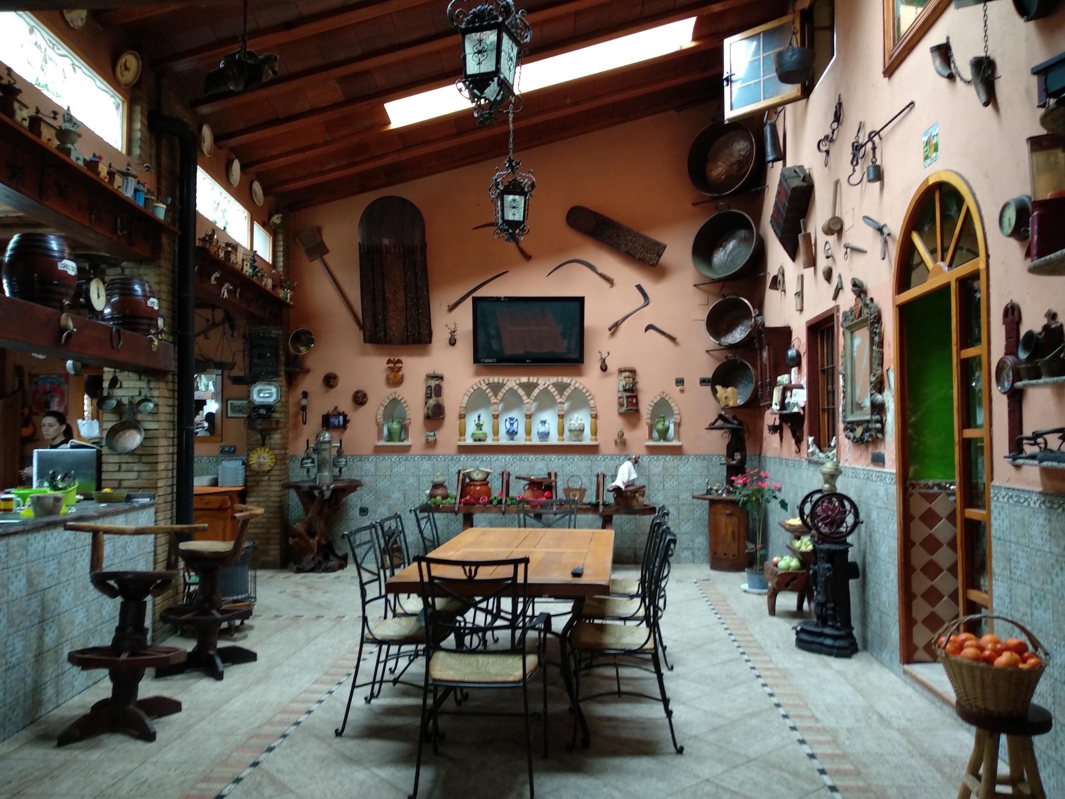 Interior de la casa por la que se accede al comedor