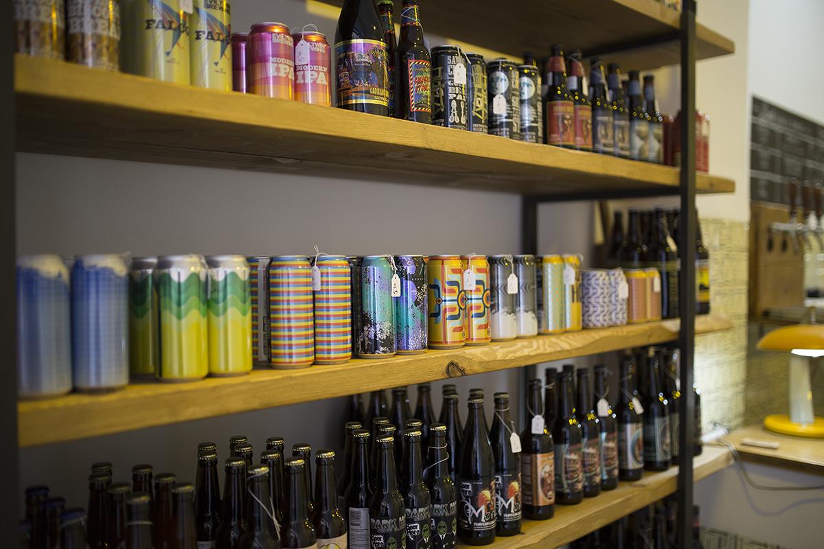 En el Llúpol solo encontrarás cervezas artesanas, eso sí, para dar, vender y regalar. Foto. Foll